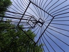 Doué juin 2009 Jardin de la rose treille métal.jpg