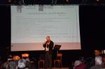 03 Marsiglia Dominique con pubblico e manifesto REMERCIEMENTS.jpg