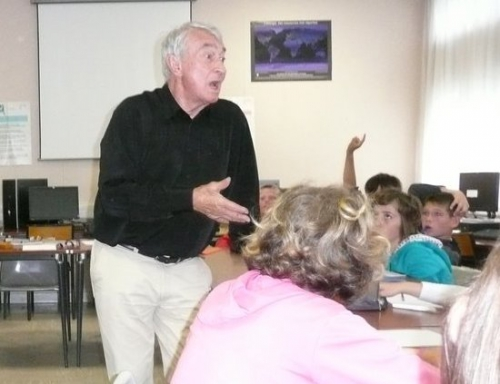 Jean Marie Berthier dans une classe.jpg